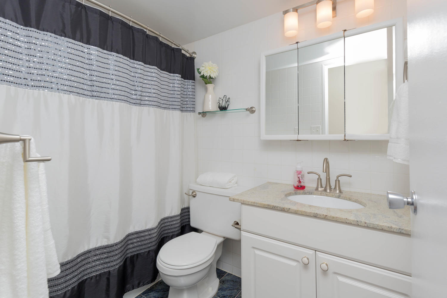 virtualtours/1702/c/2665_Windwood_Dr_Unit_808-large-014-14-Bathroom-1500x1000-72dpi.jpg